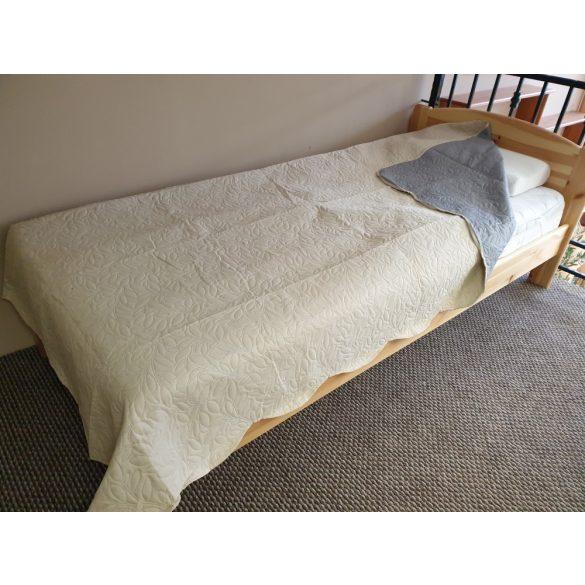Kétszemélyes ágytakaró, mintás.